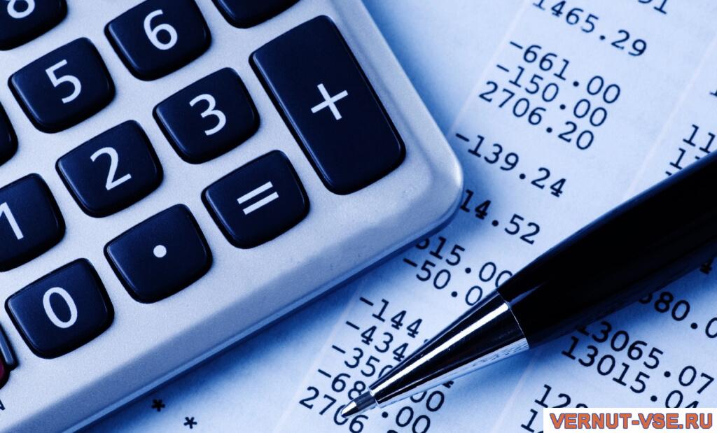 Ручка и калькулятор на чеке с цифрами