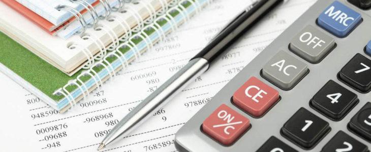 Ручка и калькулятор на документе