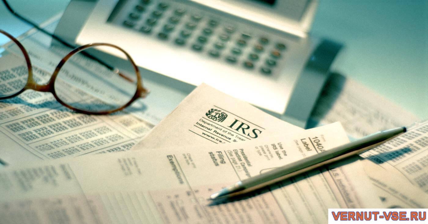 Ручка и очки на документах